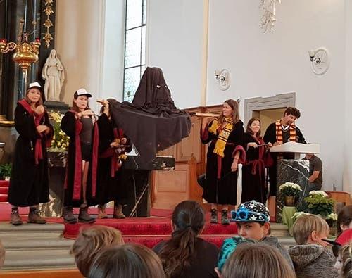 Mitglieder der Jubla Kerns stellen ihren Freunden das «Haus Slytherin» vor.
