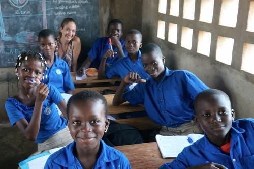 """Mit ihrer Organisation """"Die fabelhafte Welt"""" unterstützen Laura Stoffel und Christoph Rohrer junge Menschen in Togo mit Stipendien. Laura Stoffel in einer Schulklasse in Lomé. (Bild: pd)"""