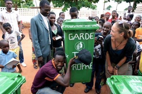 Laura Stoffel (rechts) mit Schülern im Rahmen eines Projekts zur Müllsensibilisierung. (Bild: pd)