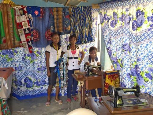 Die Togobags werden in einem Nähatelier in Lomé, der Hauptstadt von Togo, von Delali (16), Bienvenue (16), Florence (16) (von links) produziert. (Bild: pd)