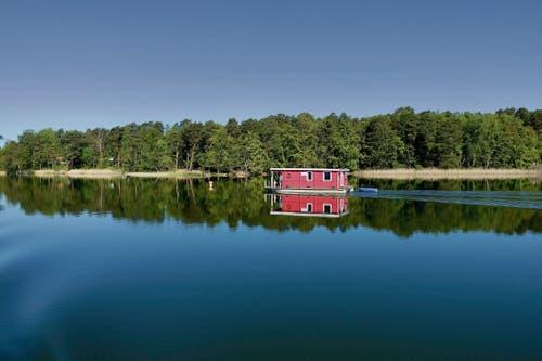 Schwimmende Hütten, Wohnflösse oder umgebaute Kutter – auf den 500 km langen Wasserwegen im nördlichen Brandenburg begegnet man unterschiedlichsten Hausboottypen in grandioser Natur.