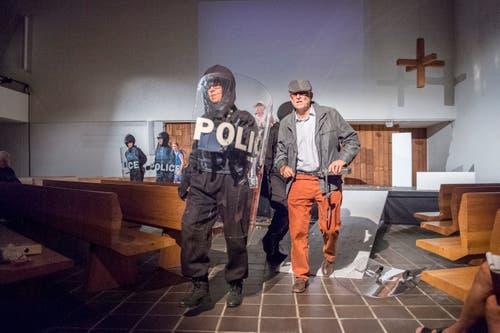 Sonderkommando der Polizei mit dem Kommandanten Hirzendinger (Tobias Bauer).