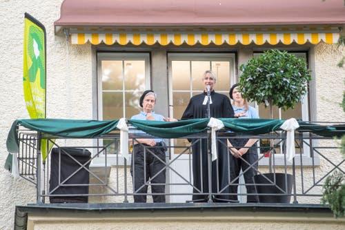 «Frau Pastor» Antje Ziegler begrüsst die Zuschauer vom Pfarrhausbalkon herab. (Bilder: Urs Bucher)