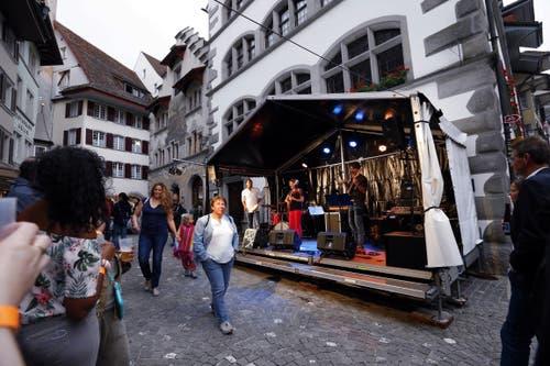 Langsam kommt Stimmung auf in den Gassen der Zuger Altstadt. (Bild: Werner Schelbert (Zug, 24. August 2018))