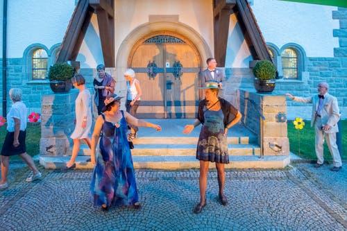 Gleich eskaliert der Streit in der Hochzeitsgesellschaft vor dem Kirchenportal.