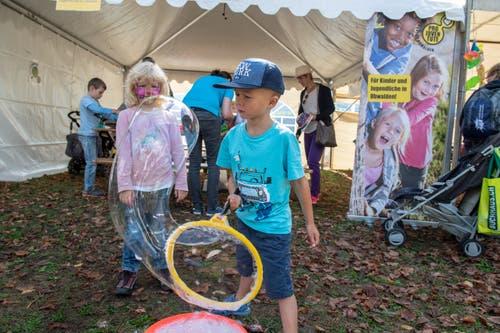 Auch neben der Musik gab es für die Kleinen viel zu Erleben: Beim Kreieren von Seifenblasen...