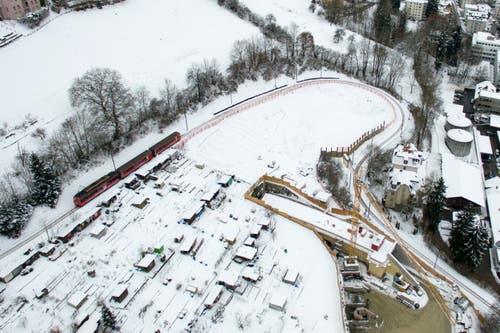 Die Ruckhaldekurve 2016 aus der Luft. Unterhalb der Familiengärten ist der neue Tunnel bereits im Bau. (Bild: Benjamin Manser/Ralph Ribi)