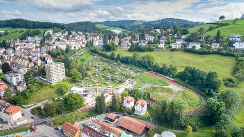 Die Ruckhalde kurz vor der Stilllegung der Eisenbahnlinie an Ostern 2018. Links unten ist die Bahnbrücke über die Oberstrasse, in der Bildmitte die Tunnelbaustelle zu erkennen. (Bild: Urs Bucher - 23. März 2018)