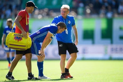 Luzerns Christian Schwegler verlässt das Spielfeld, um sich pflegen zu lassen. (Bild: Keystone/Gian Ehrenzeller)