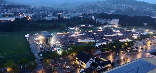 Vom Hochhaus neben der Swissporarena hat man einen tollen Blick über das riesige Konzertgelände. (Bild: Markus von Rotz)