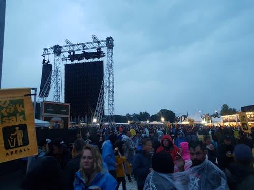 Die Konzertbesucher sind bereit – in wenigen Minuten legen die Toten Hosen los. (Bild: Michael Graber)