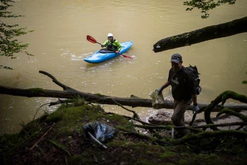 Im Kajak unterwegs waren zwei der zwölf Helfer. (Bild: Benjamin Manser)