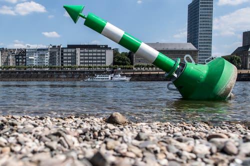 Diese Boje liegt wegen des niedrigen Wasserstands im Rhein bei Düsseldorf beinahe auf dem Trockenen. (Bild: Keystone)