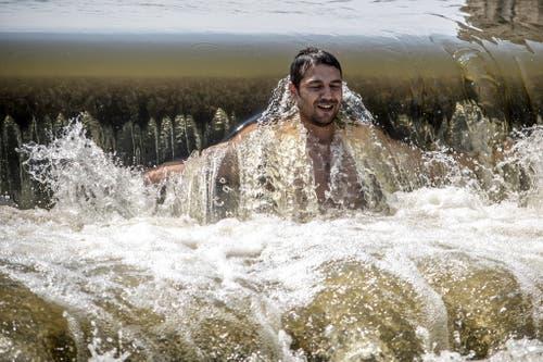 Die Tschechen finden in Flüssen eine Abkühlung. (Bild: Keystone)