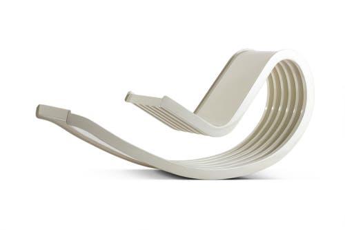 Die Schaukelliege Dondolo aus dem Jahr 1966 ist schlicht und skulptural. Die Architekten Cesare Leonardi und Franca Stagi experimentierten mit der Formbarkeit des glasfaserverstärkten Polyesters. Dondolo ist der krönende Abschluss dieser Experimente.