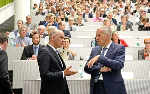 Im Mai 2016 spricht Bundesrat Alain Berset anlässlich einer Informationsveranstaltung an der Uni Luzern zur Rentenreform 2020 mit Konrad Graber. (Bild: Nadia Schärli)