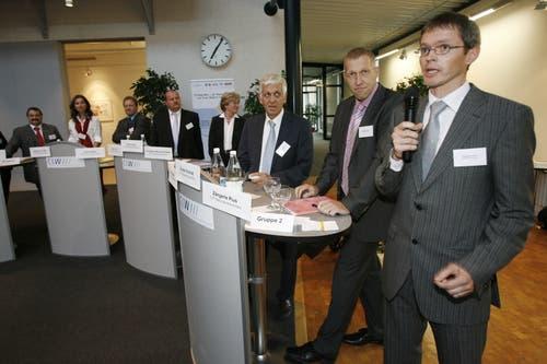 Konrad Graber (2.v.r.) nahm gemeinsam mit anderen Kandidaten an der Veranstaltung «KMU-Arena» im September 2007 in Emmen teil. Bei der Arena beantworteten die Ständerats- und Nationalratskandidaten verschiedene Fragen. Die weiteren Kandidaten (v.r.): Pius Zängerle (am Mikrofon), Walter Häcki, Helen Leumann-Würsch, Felix Müri, Albert Vitali, Yvette Estermann, Ruedi Stöckli. (Bild: Philipp Schmidli)