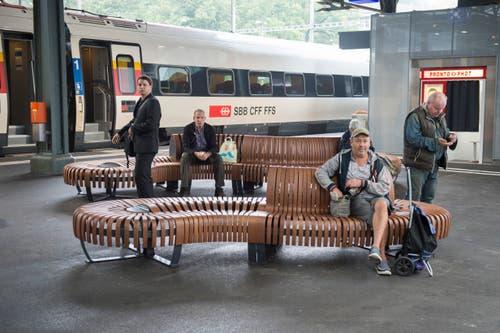 Sitzgelegenheiten am neuen St.Galler Hauptbahnhof.