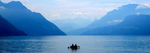 Diese zwei Paddler geniessen die Ruhe auf dem Vierwaldstättersee und drehen ihre Runden im Buochser Becken. (Bild: Josef Bernasconi)