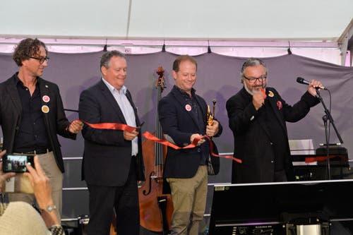 «The Jazzmeile is open now!»: Präsident Harry Tschumy (r.) durchschneidet das Band zur Eröffnung im Beisein von Startrompeter Dani Felder (2.v.r.), Stadtpräsident Thomas Niederberger (2.v.l) und Jazzmeilen-Vizepräsident Eckbert Bohner (l.). (Bilder: Donato Caspari)