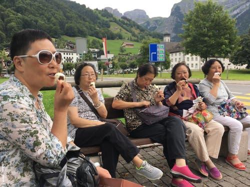 Auch diesen asiatischen Touristen schmeckt das Schweizer Glace, geknipst in Engelberg. (Bild: Geny Hess)