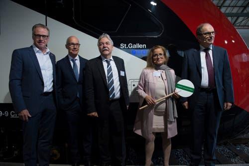 Stadträtin Maria Pappa gibt dem neuen Bombadier-Zug grünes Licht. (Bild: Urs Bucher)