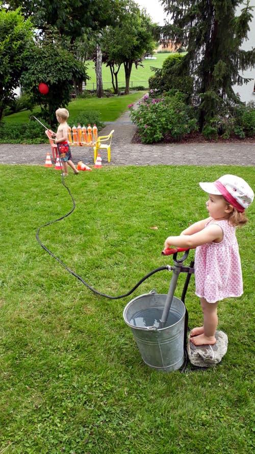 Kindergeburtstag in Sarnen: Keine(r) zu klein für die Wasserpumpe, vor allem bei diesen heissen Temperaturen. (Bild: Hedy Andrich)