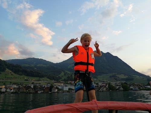 Klein Ben geniesst die Abendfahrt auf dem Boot vor dem Gestade von Beckenried. (Bild: Priska Rohrer)