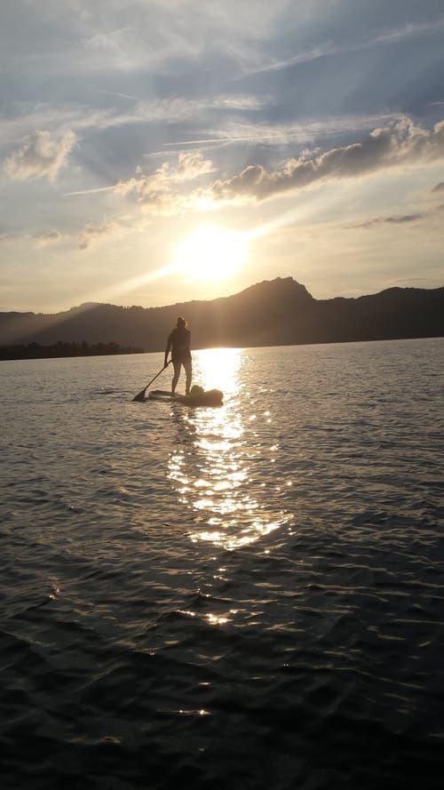 «Das ist Sommer», schreibt die Leserin: Stand-up-Paddling vor Beckenried. (Bild: Monika Odermatt)