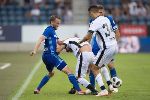 Luzerns Christian Schneuwly im Kampf um den Ball. (Bild: Pius Amrein (Luzern, 4. August 2018))