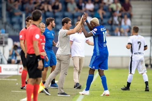Blessing Ekele klatscht mit FCL-Trainer René Weiler ab. (Bild: Pius Amrein (Luzern, 4. August 2018))