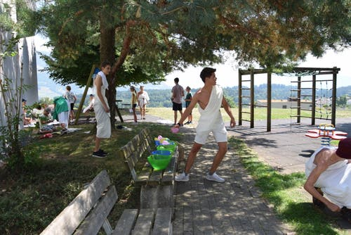 Die Jubla Udligenswil stimmt sich mit einigen Wasserballons auf ihr Lager ein.