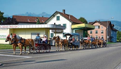 Die Haflingergespanne beim Start in Haag – los geht's in Richtung Österreich. (Bilder: Corinne Hanselmann)
