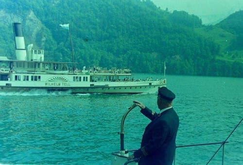 Das Dampfschiff Wilhelm Tell in den 1960er Jahren auf dem Vierwaldstättersee. Beim Kapitän mit dem Rücken zur Kamera, der die «Wilhelm Tell» von einem anderen Schiff aus beobachtet, handelt es sich nicht um Georg Huber. Bild: Archiv luzerner.dampfschiff.ch