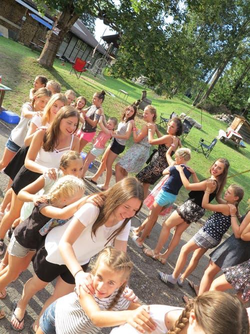 Die Mädchen des Blaurings Buttisholz beim gemeinsamen Tanz im Lager in Lenk.