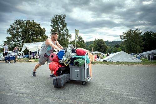 Die Festivalbesucher bringen viel Material auf das Festgelände. Bilder: Pius Amrein (Zofingen, 8. August 2018)