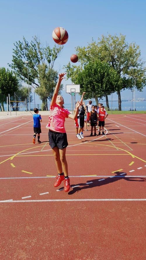 Erfolgreiche Korbwürfe im Basketballcamp Tenero. (Bild: Patrizia)