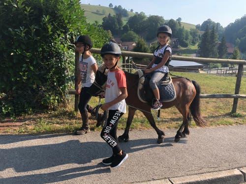 Ausflug im Reitlager Hanny-Fee: Lola, Dunia und Livia mit Pony Gina-Li. (Bild: Hanny Odermatt)
