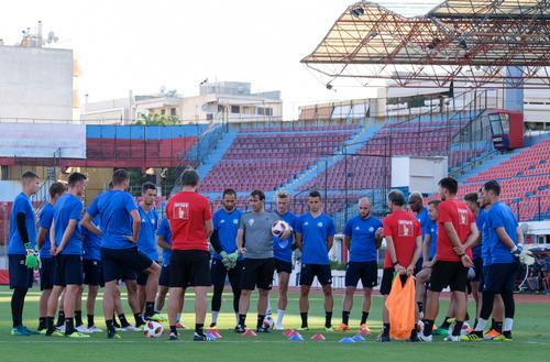Trainer René Weiler spricht im Training am Mittwoch zur Mannschaft. (Bild: Martin Meienberger, Olympiakos, 8. August 2018)