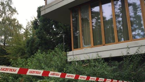 Eine Scheibe des Schulhaus Felsberg wurde zertrümmert. (Bild: Roman Hodel)