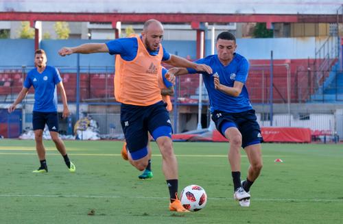 Valeriane Gvilia gegen Ruben Vargas im Training am Mittwoch. (Bild: Martin Meienberger, Olympiakos, 8. August 2018)