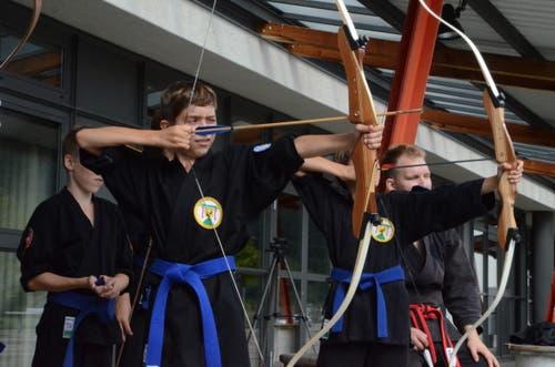 Auch der Umgang mit Pfeil und Bogen wird in Giswil geübt. (Bild: Stephan Krellmann)