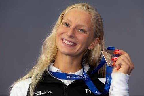 Die Schweizerin Maria Ugolkova mit ihrer gewonnenen EM-Bronzemedaille in den 200 Meter Lagen (Bild: EPA/PATRICK B. KRAEMER)