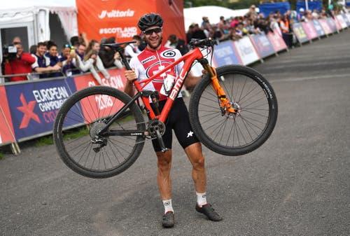 Gold holte auch Mountainbiker Lars Forster: Der Schweizer gewann die Cross-Country-EM bei den Herren (Bild: EPA/NEIL HALL)