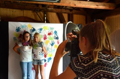 Die Teilnehmerinnen des Kurses Foto-Szeno-Grafie übten vor dem selbst gestalteten Hintergrund für das Fotoshooting.