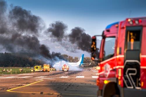 Katastrophenübung Flughafen Altenrhein: Feuerwehr, Sanität, Polizei auf dem Flugplatz nachdem eine People Maschine ein Triebwerk beim Landeanflug verloren hatte © Urs Bucher/TAGBLATT