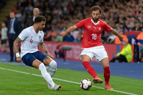 Englands Kyle Walker, links, kämpft mit Admir Mehmedi um den Ball. (Bild: KEYSTONE/Georgios Kefalas)