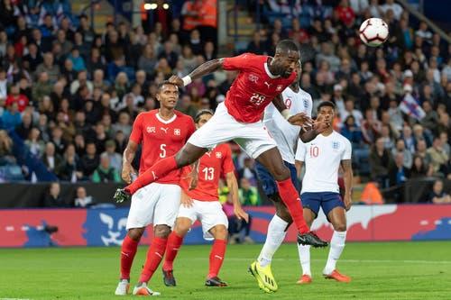 Johan Djourou (Schweiz) mit einem Kopfball am Match im King Power Stadion in Leicester, England. (Bild: KEYSTONE/Georgios Kefalas)