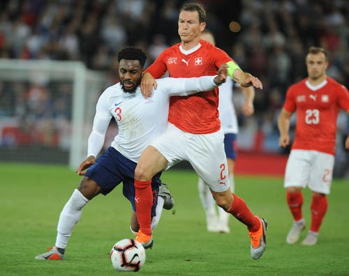 Englands Danny Rose, links, Stephan Lichtsteiner im Zweikampf. (Bild: AP Photo/ Rui Vieira)