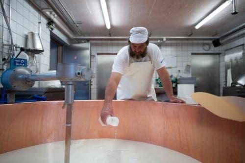 Senn Kilian Bless fügt der Milch Lab zur Gerinnung bei. (Bild: KEYSTONE/Gian Ehrenzeller (12.09.2018))